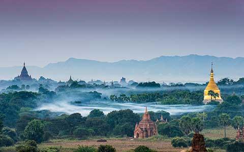 Tempelanlage in Burma mit Nebelstimmung