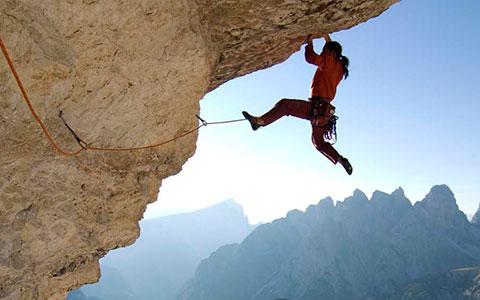 Alexander Huber (Huberbuam) klettert einen Ü berhang