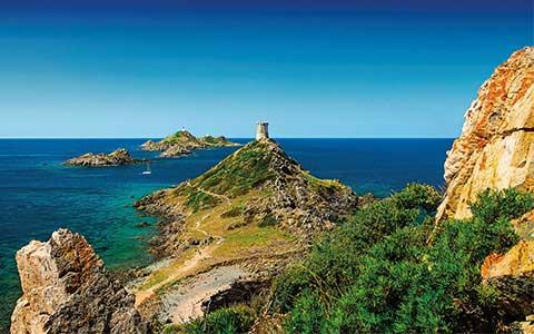 Küste Korsikas mit Genueser Turm