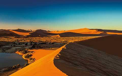 Wüstenlandschaft im Abendrot