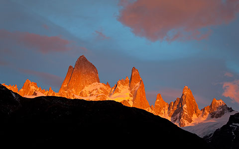 Bergkette im orangenen Abendlicht